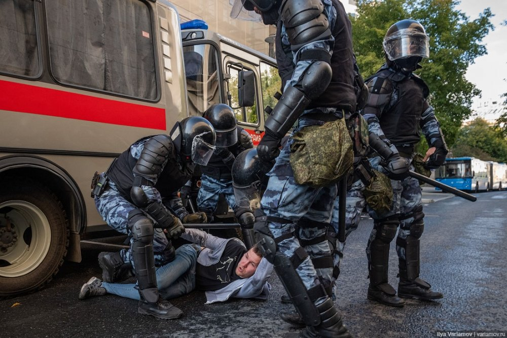 A protester is detained by police on the August 3 protests for independent elections in Moscow. Photo credit: Ilya Varlamov, CC-BY-SA 4.0
