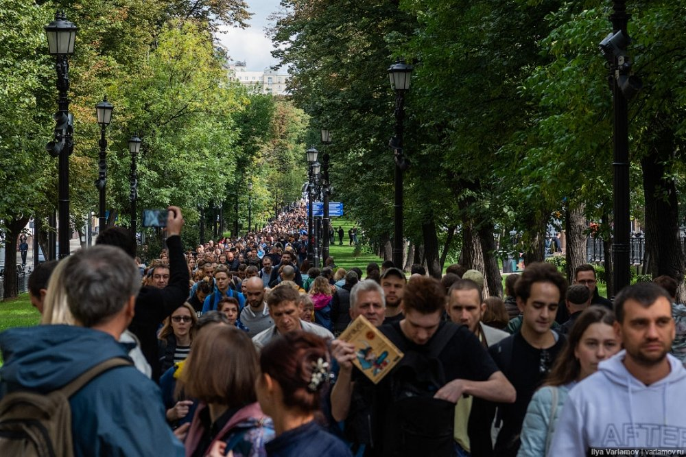 A procession of protesters walks in Moscow during the August 3 protests. Source: Photo credit: Ilya Varlamov, CC-BY-SA 4.0