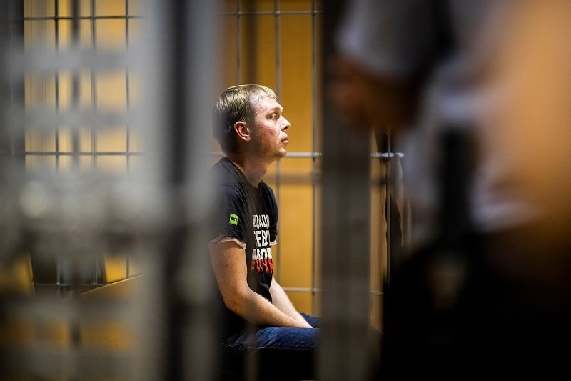 Ivan Golunov sits in a jail cell in Moscow. Source: Evgeniy Feldman, Meduza, CCBY 4.0