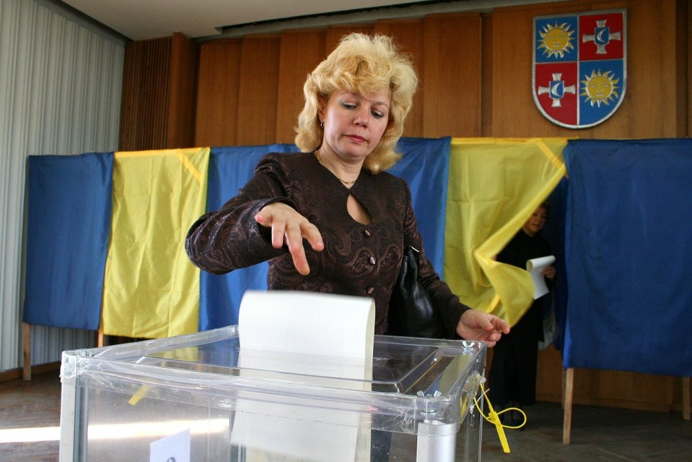 Parliamentary elections of Ukraine in 2007, September 30. Woman throws a ballot in a voting box