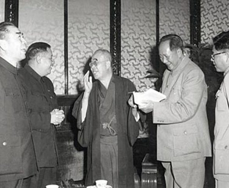 Mao Zedong, Zhou Enlai, and Liao Chengzhi greet visitors from Japan, October 1955