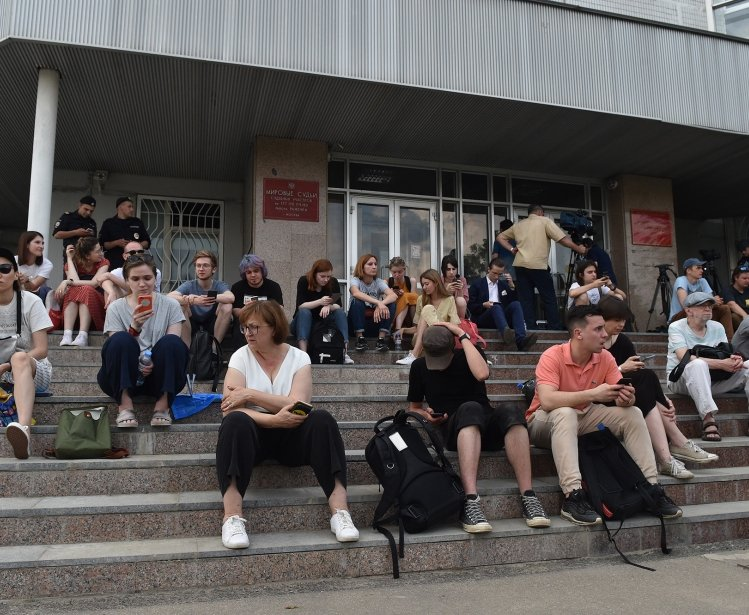 Crowds gather on the steps of a Moscow courthouse to await the ruling of protester Ivan Golunov. Source: Wikimedia Commons