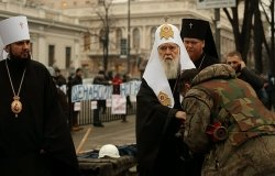 Euromaidan activist kisses the hand of Filaret, the Patriarch of Ukrainian Orthodox Church, Kyiv Patriarchate. Source: Wikimedia Commons