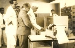 Image: Professor M.S. Narasimhan demonstrating the first Indian digital computer to Jawaharlal Nehru and Homi Bhabha at Tata Institute of Fundamental Research, via Wikimedia Commons, CC BY-SA 4.0.