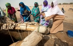 Women collect water manually from the only one well in Kuma Garadayat (North Darfur).